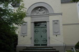 Denkmal an der Kirche von Büchenbeuren