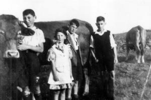 Paul, Marga, Rolf Mayer, Marcel Baum beim Kühehüten in Laufersweiler